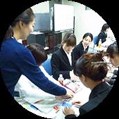 定期的なテストと評価システムを導入し、業務のスキルアップを図っています